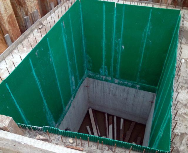 Общий вид промежуточной шахты после реконструкции (смежный объект). Грузовой проем шахты. Футеровка полимерным листом