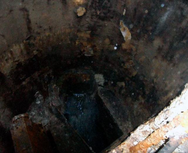 Общий вид промежуточной шахты до реконструкции коллектора (по материалам обследования) Трещины и свищи в строительных конструкциях стен шахты с протечками и выносом продуктов коррозии бетона. Газовая коррозия бетона. Коррозия бетона 1-го, 2-го и 3-го вида. Нарушение защитного слоя бетона